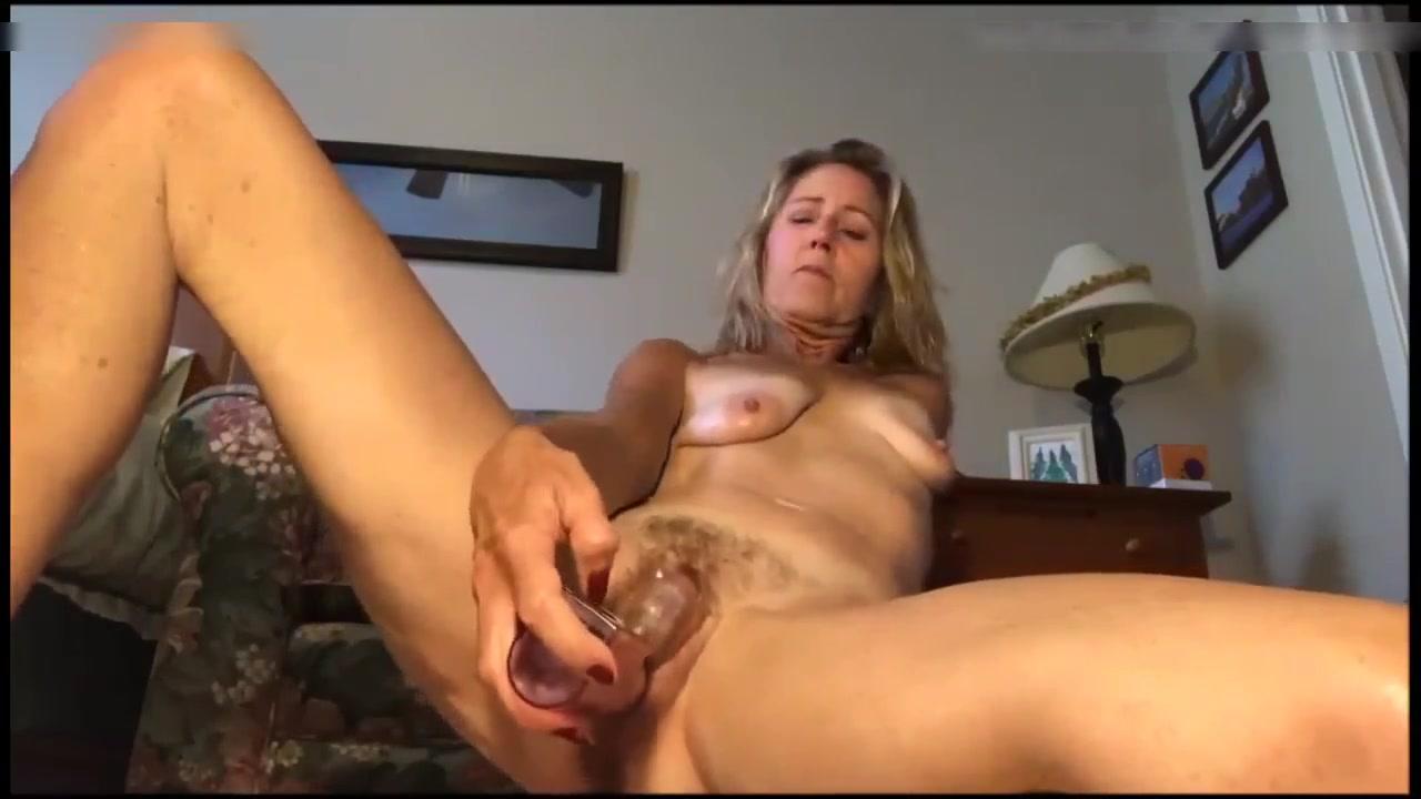Prachtige blondine naakt en masturbeert voor de cam